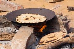 Индийский chapatti на огне, Pushkar, Индии Стоковое Изображение RF