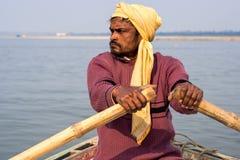 Индийский rowing лодочника на Ганге, Варанаси, Индии стоковое фото rf