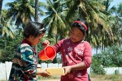 2 индийских девушки играя на улице в Бангалоре Стоковое фото RF