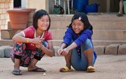 2 индийских девушки на улице в Бангалоре Стоковое Фото