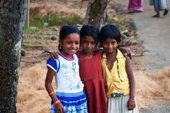 3 индийских девушки на улице в рыбацком поселке Стоковые Изображения