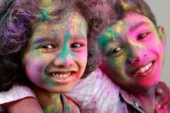 2 индийских дет при сторона смазанная с цветами Стоковые Изображения