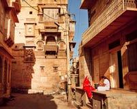 2 индийских женщины говоря около дома в узкой улице Стоковое Изображение RF