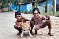 2 индийских мальчика с собакой на улице в рыбацком поселке Стоковые Фото