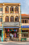 2 индийских люд выходя красочный магазин в меньшей Индии Стоковые Изображения RF