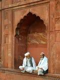 2 индийских люд сидя на Jama Masjid, Дели Стоковое Изображение