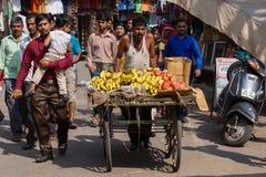 Индийское надувательство человека приносить на улице в Pushkar, Индии Стоковое Фото