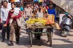 Индийское надувательство человека приносить на улице в Pushkar, Индии Стоковые Изображения