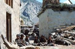 1977 Индия 6 милых маленьких девочек сидя вокруг Стоковые Изображения