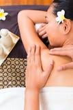 Индонезийская азиатская женщина на массаже курорта здоровья Стоковые Фото