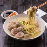 Индонезийская лапша Bakso фрикадельки с сладостным соевым соусом и соус чилей брызгают с зеленым луком Стоковые Фотографии RF