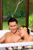 Индонезийские женщины имея чай ванны здоровья выпивая Стоковое фото RF