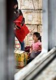 Индонезийские мать и дочь на пристани через окно корабля Стоковое фото RF