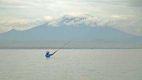 Индонезийский рыболов улавливает рыбу во время Стоковые Фото