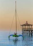 Индонезийский традиционный корабль в пляже Pasir Putih (восход солнца) стоковое фото rf