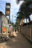 Индонезийский человек идя вниз с улицы Стоковые Фото