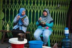 2 индонезийских мусульманских женщины есть в Medan, Суматре, Индонезии Стоковые Фото