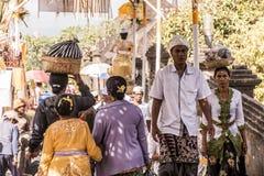 Индонезия Бали 09 10 2015 местных людей на besakih Pura будут матерью виска во время большой церемонии Стоковая Фотография RF