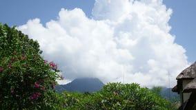 Индонезия, Бали, облака двигает над горой и тропическим садом, промежутком времени акции видеоматериалы