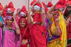 Индусские женщины в фестивале проходят парадом в Раджастхане стоковые фото