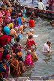 Индусские паломники принимают святую ванну в реке Ганге Стоковое Фото