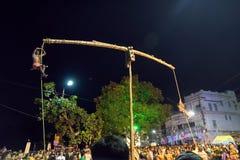 Индусские подвижники вися в воздухе для фестиваля Charhak, на приветствующий бенгальский Новый Год 1424 Стоковое Изображение