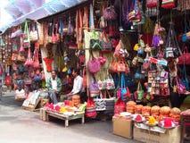 Индусские люди в индийском уличном рынке Стоковое Изображение RF