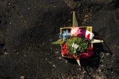 Индусский предлагать на вулканическом песке. Стоковая Фотография RF