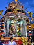 Индусский святейший человек на украшенном palanquin стоковая фотография
