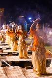 Индусский священник выполняет религиозный ритуал Ganga Aarti Стоковое Фото