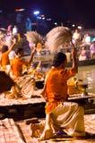 Индусский священник выполняет ритуал Ganga Aarti в Варанаси. Стоковое Изображение