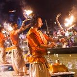 Индусский священник выполняет ритуал Ganga Aarti в Варанаси. Стоковые Изображения RF