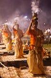 Индусский священник выполняет ритуал Ganga Aarti в Варанаси. Стоковое фото RF