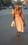 Индусский священник идя вниз с оживленной улицы, Индии Стоковые Фото