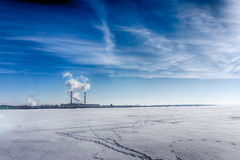 Индустриальная зона, нефтехимическая промышленность на заходе солнца и небе сумерк, электростанция, Стоковая Фотография RF
