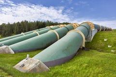 Индустриальная зона, стальные трубопровода и клапаны против голубого неба Стоковая Фотография