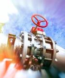 Индустриальная зона, стальные трубопровода и клапаны против голубого неба Re Стоковые Изображения RF