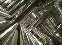 Индустриальная зона, стальные трубопроводы, клапаны и кабели Стоковые Изображения RF