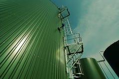 Индустриальная зона, стальные трубопроводы, клапаны и танки Стоковое Изображение RF