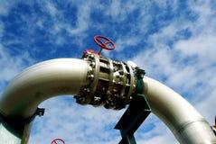 Индустриальная зона, сталь прокладывает трубопровод голубое небо Стоковое Изображение