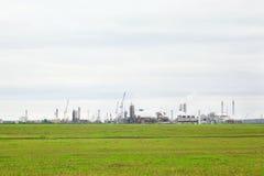 Индустриальная зона с фабриками и трубы с дымом Стоковое Фото