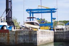 Индустрия верфи, корабль судостроения на плавая сухом доке внутри Стоковое Фото