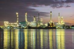 Индустрия нефтехимического завода на twilight времени Стоковые Фото