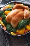 Индюк благодарения с специями и овощами на вертикали деревянного стола Стоковые Фото