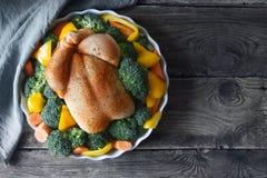 Индюк благодарения с специями и овощами на взгляд сверху деревянного стола Стоковая Фотография RF