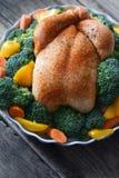 Индюк благодарения с специями и овощами на деревянном столе Стоковое Фото