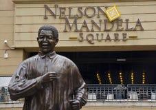 Бронзовая статуя Нельсон Мандела в Иоганнесбурге. Стоковое фото RF