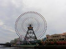 ИОКОГАМА, ЯПОНИЯ - 27-ОЕ СЕНТЯБРЯ 2017: Часы 21 Cosmo, гигантское колесо Ferris на парке атракционов мира Cosmo Стоковые Изображения