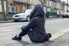 Ион молодой женщины сидя улица Стоковые Изображения RF