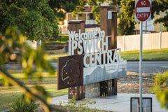 Ипсвич, Австралия - среда 16-ое январь 2018: Взгляд положительного знака города Ипсвича и движения в течение дня в j стоковые изображения